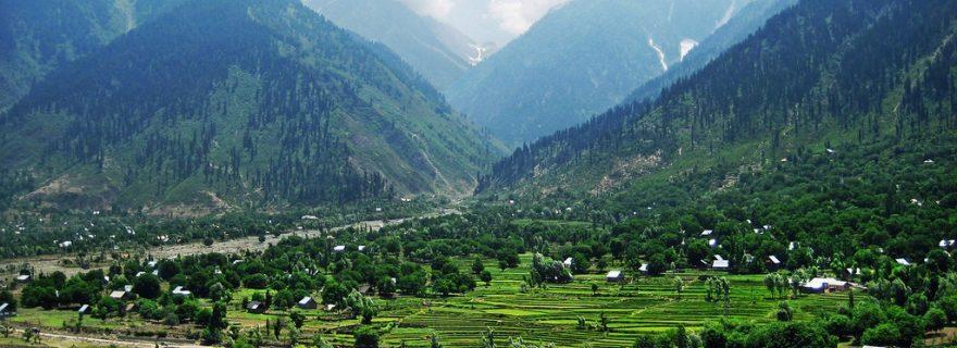 """Ae zalimo, ae jabiro, Kashmir hamara chhod do; hai haq hamara aazadi"""